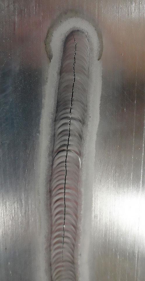 Дефект в виде продольной трещины сварного шва